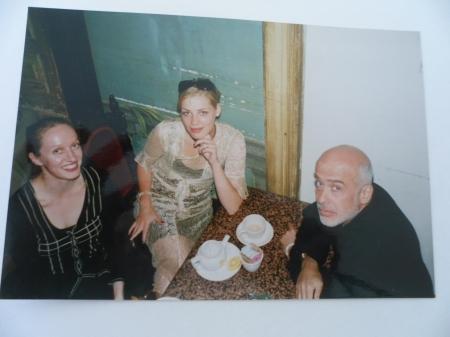 Clemente er som verdensberømt kunstner også en aktiv socialite i NY, her i dialog i forbindelse med hans utstilling i NY. Foto: Fra venstre Monica Emilie Herstad, Camela Leierth, Fransesco Clemente