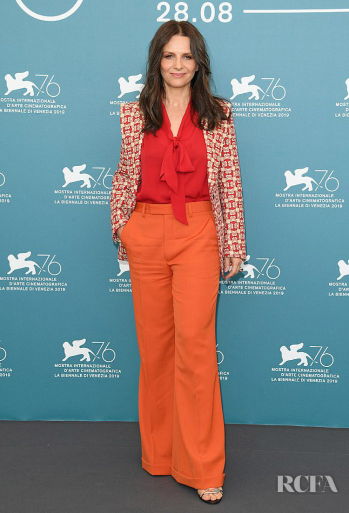 Juliette-Binoches-Colour-Blocks-Her-Way-Into-The-La-Verite-Venice-Film-Festival-Photocall-698x1024